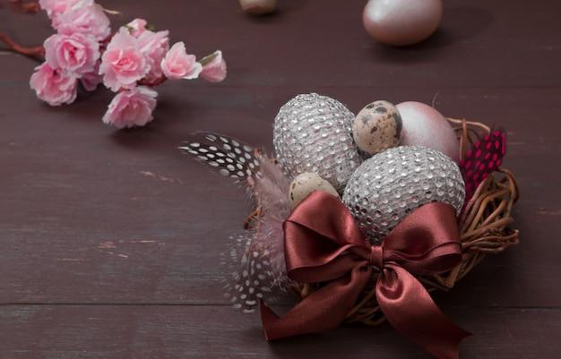 나무 배경에 계란 행복 한 부활절 둥지. 창의적인 부활절 달걀과 꽃 꽃과 함께 행복 한 부활절 인사말 카드