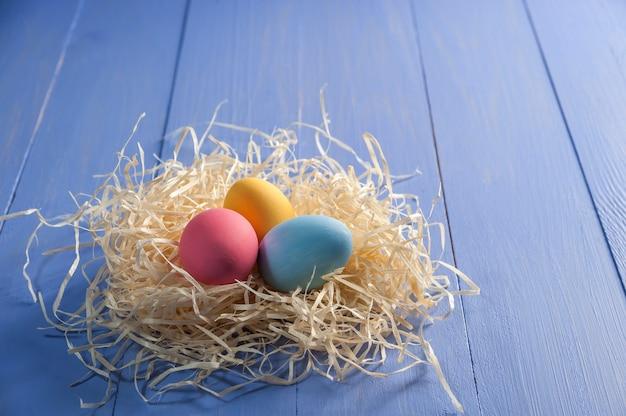 幸せなイースターはあなたの装飾のための木製のカラフルなテーブル、休日の背景に卵を描いた。卵狩り、コピースペース