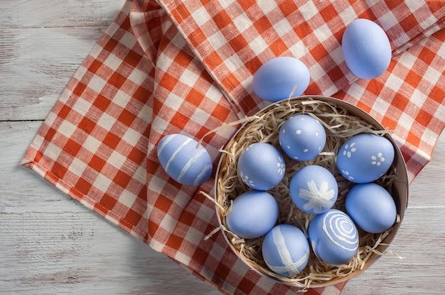 あなたの装飾のための木製のカラフルなテーブル、休日の背景に幸せなイースター塗装卵。卵狩り、コピースペース