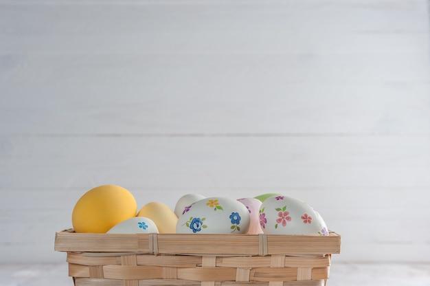 幸せなイースターはあなたの装飾のための木製のカラフルなテーブル、休日の表面に卵を描いた。コピースペース