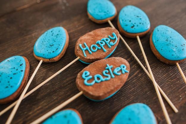 幸せなイースターのお菓子とデザートの装飾