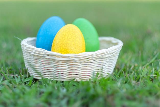 朝は、カラフルな卵かわいいウサギとハッピーイースター、草の春の季節に面白い装飾
