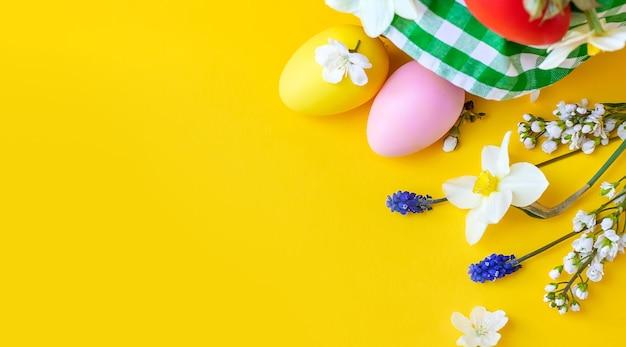 Счастливой пасхи с цветами на желтом фоне. празднование.