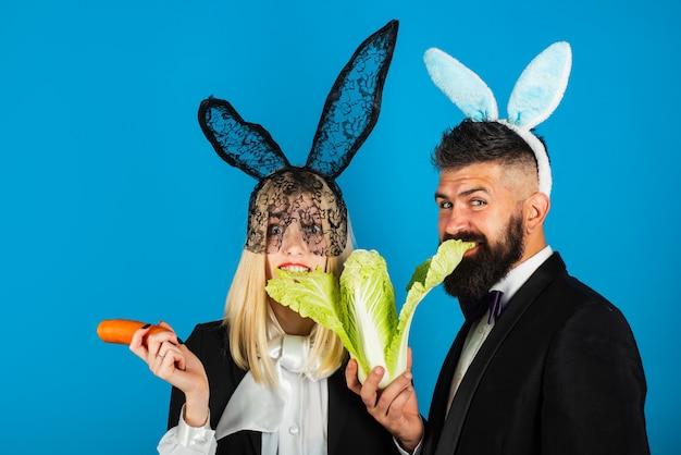 Христос воскрес. комическая женщина, забавный и красивый мужчина носит кроличьи уши. концепция продажи пасхи. скопируйте пространство. скидка