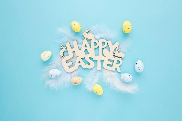 快乐复活节木制标志与鸡蛋在蓝色的背景