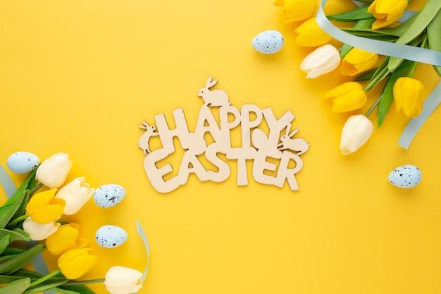 Segno di legno di pasqua felice con uova e fiori