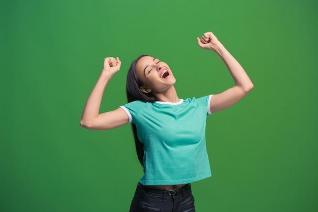 Счастливая экстатическая женщина празднует победу