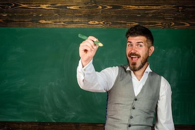교육 또는 학문적 개념 대학생에 연필을 든 행복한 교육 교사