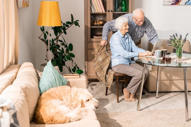 Счастливая пожилая пара дома