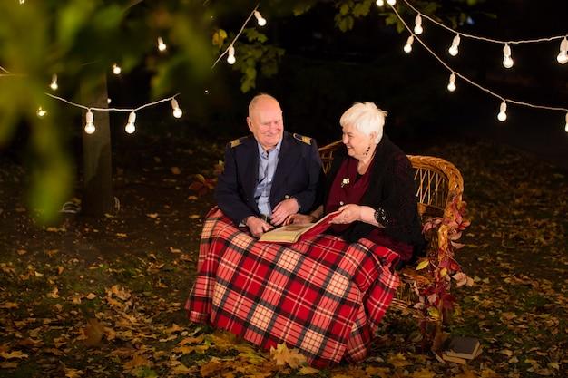 公園、おばあちゃん、おじいちゃんの幸せな老夫婦