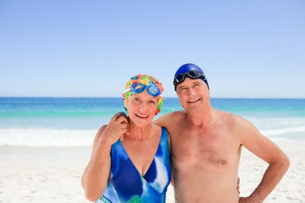 해변에서 행복 한 노인 부부