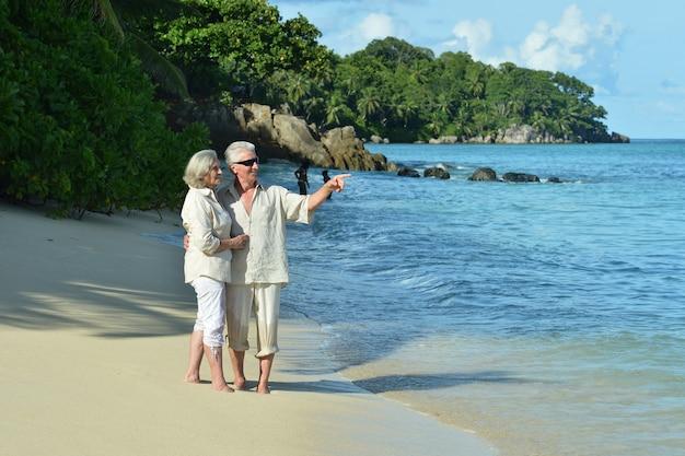 열 대 해변에서 행복 한 노인 부부 휴식