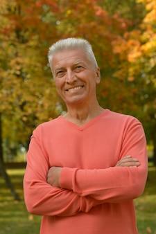 秋の公園で楽しんで幸せな老人