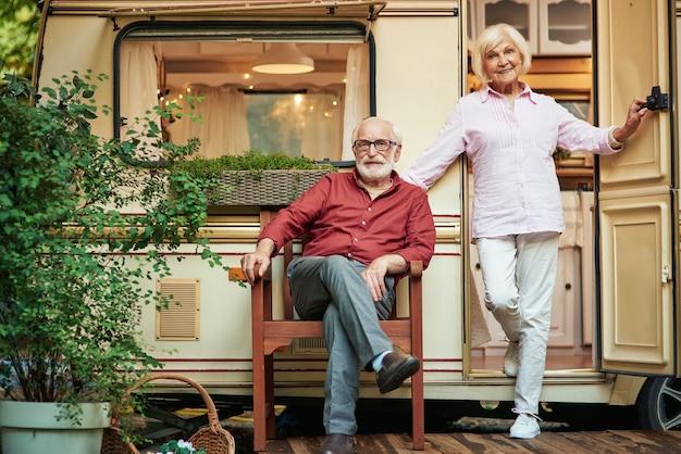 캠핑카 근처에 행복한 노인 부부