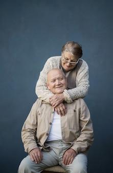 青い背景の上の幸せな老夫婦