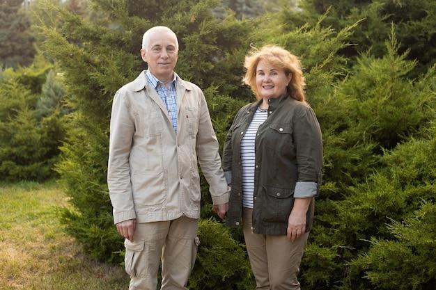 秋の公園でカップルの愛のカップルで幸せな高齢者