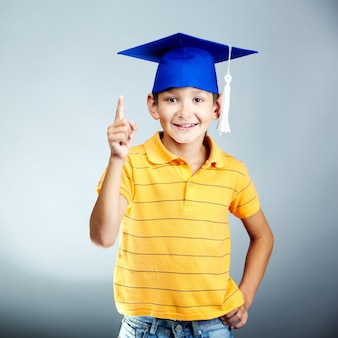 Счастливый элементарный студент с идеей