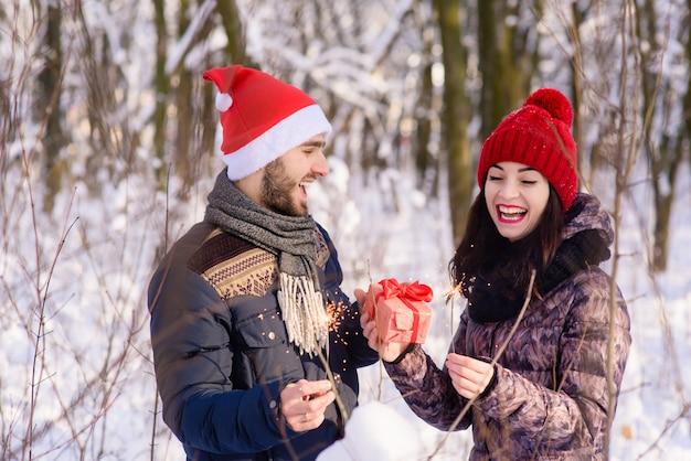 冬の愛のカップルの幸せな感情