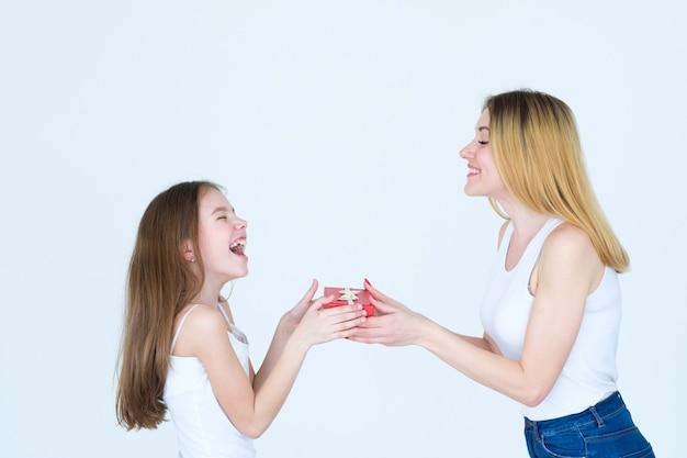 축하의 날에 행복한 감정. 빨간색 선물 상자에 그녀의 딸에게 선물을주는 엄마