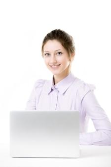 Счастливый сотрудник сидит в офисе Бесплатные Фотографии