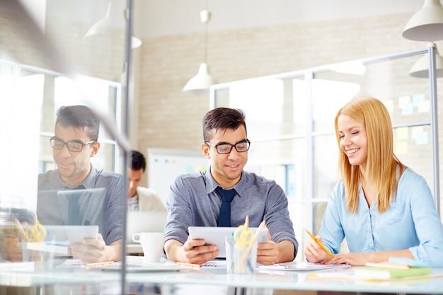 Dipendenti felici che lavorano insieme