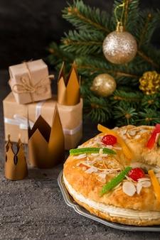 幸せなエピファニーのおいしいケーキと王冠