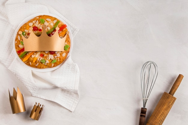 Buona epifania gustosa torta e utensili