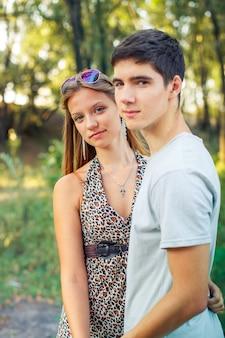 나무의 배경으로 숲에서 행복 한 유럽 커플. 발렌타인 데이에 아름다운 연인. 사랑해. 사랑에 빠진 커플. 낭만주의와 사랑.