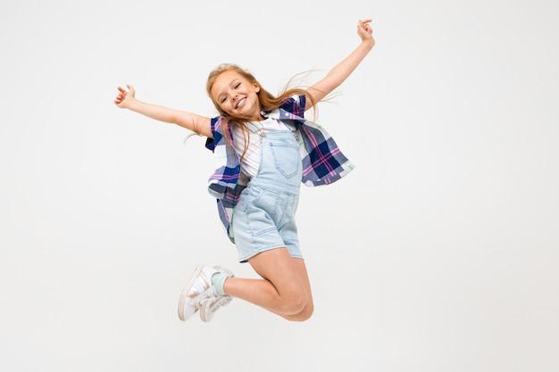 흰 벽에 점프 행복 유럽 소녀