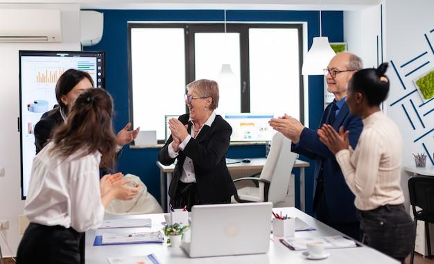 회의실에서 재무 팀의 행복한 흥분된 다양한 팀