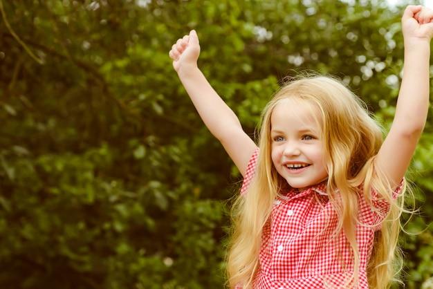 Счастливый взволнованный маленький ребенок с очаровательной улыбкой