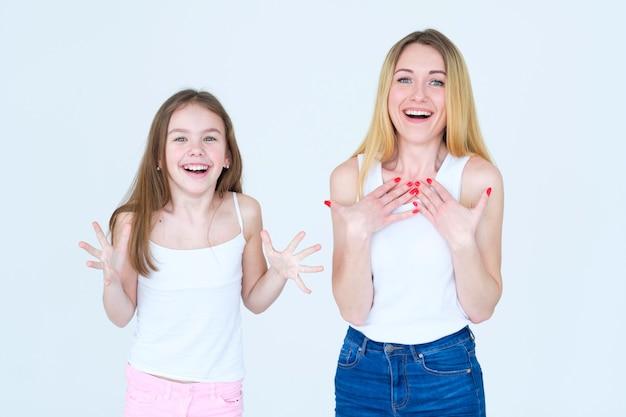 행복 한 흥분된 엄마와 딸. 엄마와 아이의 얼굴에 즐거운 미소