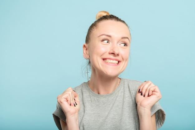幸せな興奮した女性の笑顔と横向き