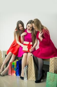 Счастливые взволнованные женщины, она получила почтовую посылку и распаковывает свой подарок
