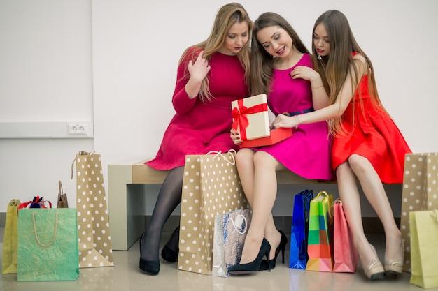 幸せな興奮した女性、彼女は郵便小包を受け取り、彼女は自分の贈り物を開梱しています