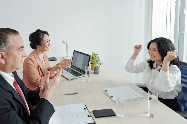 인사담당자 및 부서장과의 인터뷰 후 꿈의 직업을 얻은 것을 축하하는 흥분된 젊은 여성