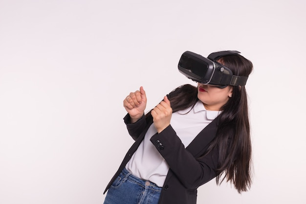 Счастливая взволнованная молодая женщина, использующая гарнитуру виртуальной реальности на белом