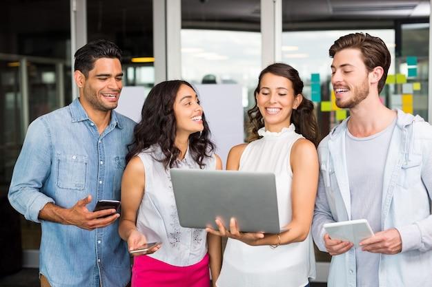 ラップトップ、デジタルタブレット、携帯電話を使用して幸せな幹部