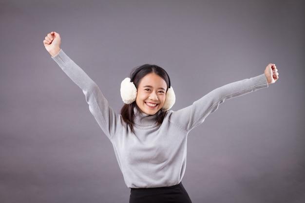 귀마개와 함께 행복 한 종료 아시아 여자