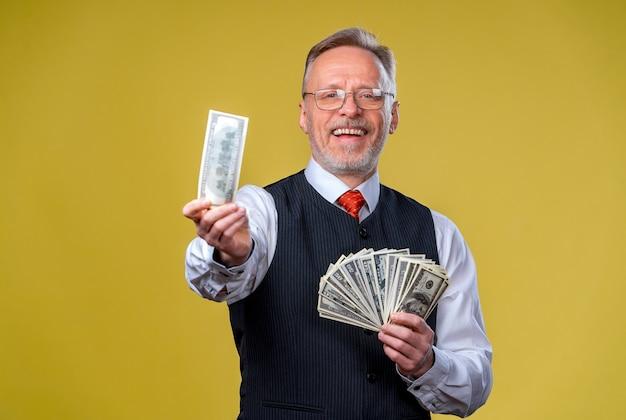 돈 다발을 들고 안경과 흰 셔츠에 행복 종료 남자