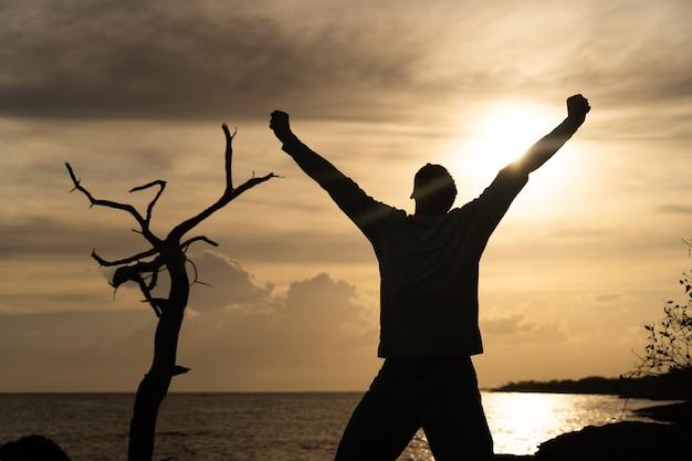 Счастливый вышедший человек прыгает на море и красивый фон восхода солнца. счастья, радости и успеха. видео высокого качества в формате fullhd