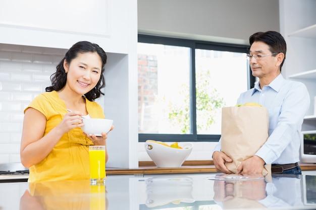 朝の台所で幸せな妊娠中のカップル