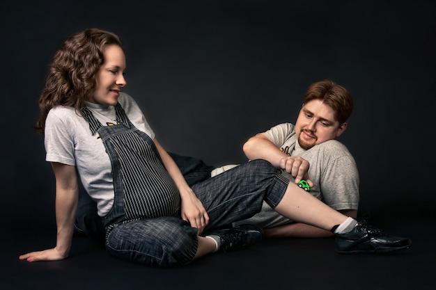 Счастливая беременная пара