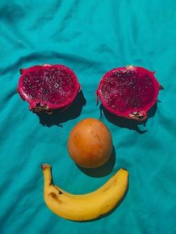 Счастливое лицо из тропических фруктов. фото высокого качества