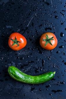 Счастливое лицо сделано с двумя помидорами и цукини