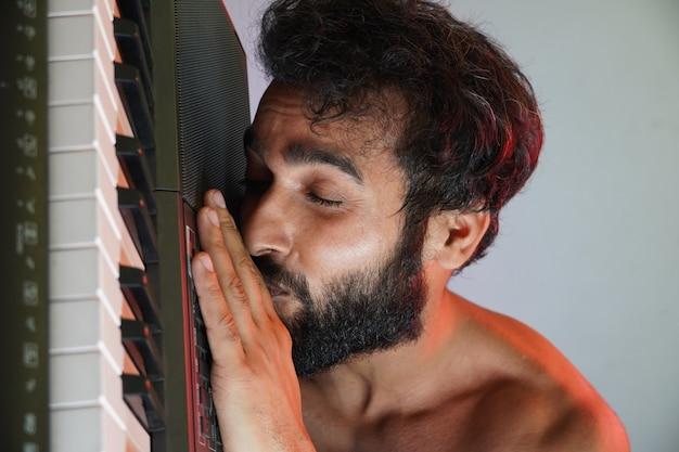 Счастливое лицо человека с электронным пианино