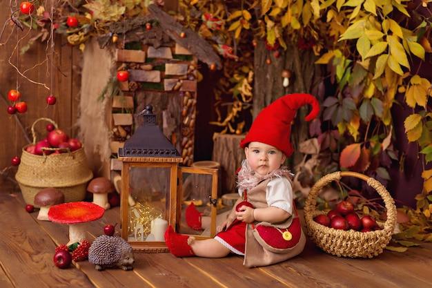 Счастливая сказочная маленькая девочка-гном