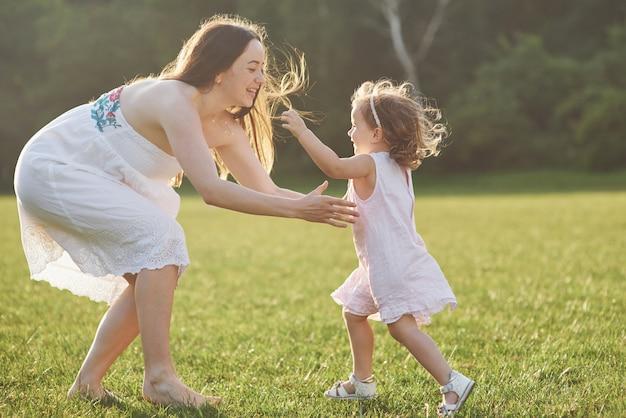 행복한 가족, 작은 아이와 함께 활동적인 어머니, 사랑스러운 유아 소녀
