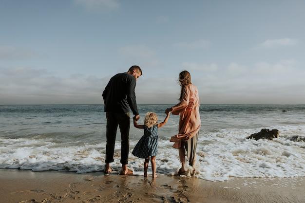 해변에서 행복한 가족