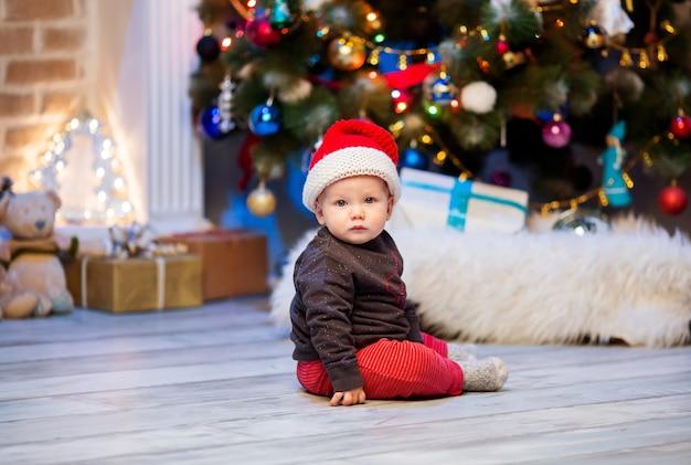 贈り物とクリスマスツリーの背景に家のインテリアで幸せな家族